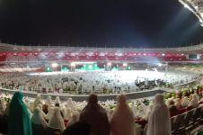 Momen peserta Harlah ke-73 Muslimat NU salat di tengah hujan