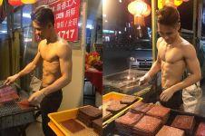 Jualan daging sambil telanjang dada, pria ganteng ini viral