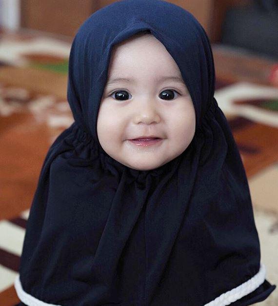 9 Potret Lucu Bayi Artis Pakai Hijab Gemesnya Nggak Ketulungan