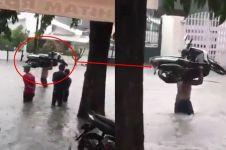 Cara pria selamatkan sepeda motor dari banjir ini bikin melongo