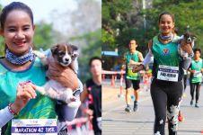 Lari maraton sambil bawa anjing tersesat, wanita ini dapat pujian