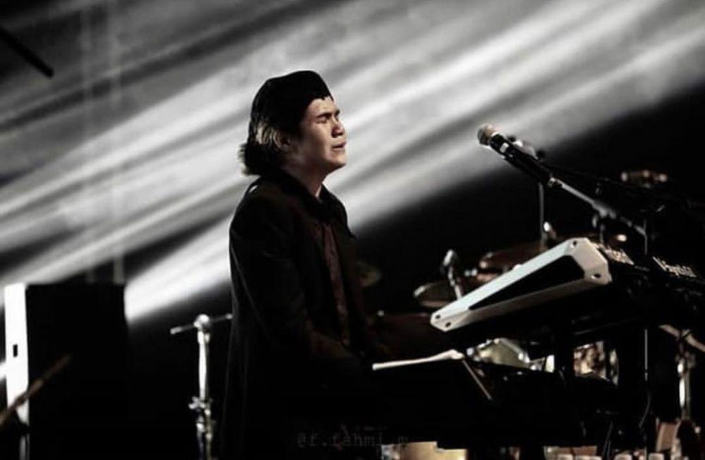 dul di atas panggung kece ©Instagram/@duljaelani