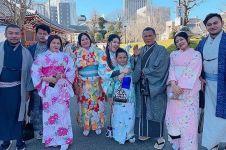 7 Foto Via Vallen sekeluarga di Jepang, pertama kali lihat salju