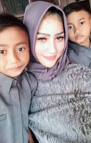 Gaya Reva Alexa pakai hijab istimewa