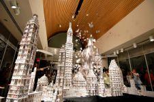 10 Miniatur bangunan dari kartu remi ini dibuat tanpa lem, wow!