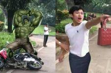 15 Editan foto momen pria rusak motornya saat ditilang kocak pol