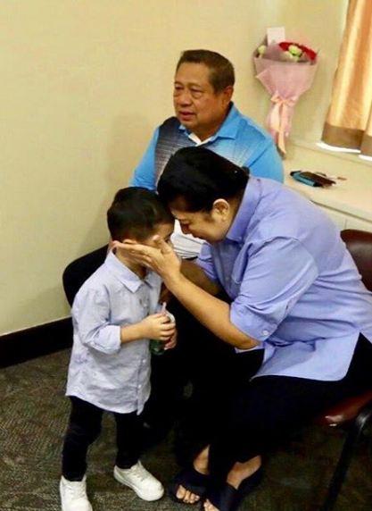 cucu dampingi ani yudhoyono yang sakit © 2019 brilio.net berbagai sumber
