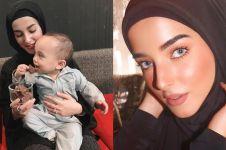 5 Potret Tasya Farasya pakai hijab berwarna gelap, cantik memesona