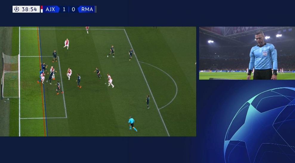 Ini alasan kenapa gol Ajax dibatalkan wasit usai lihat VAR
