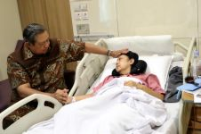 Potret SBY usap wajah pucat Ani Yudhoyono, setia mendampingi