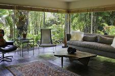 12 Desain ruang tamu bergaya tropis, bikin rumah makin semilir