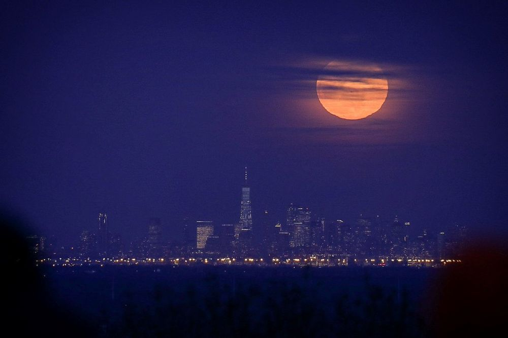 potret langka super snow moon © berbagai sumber