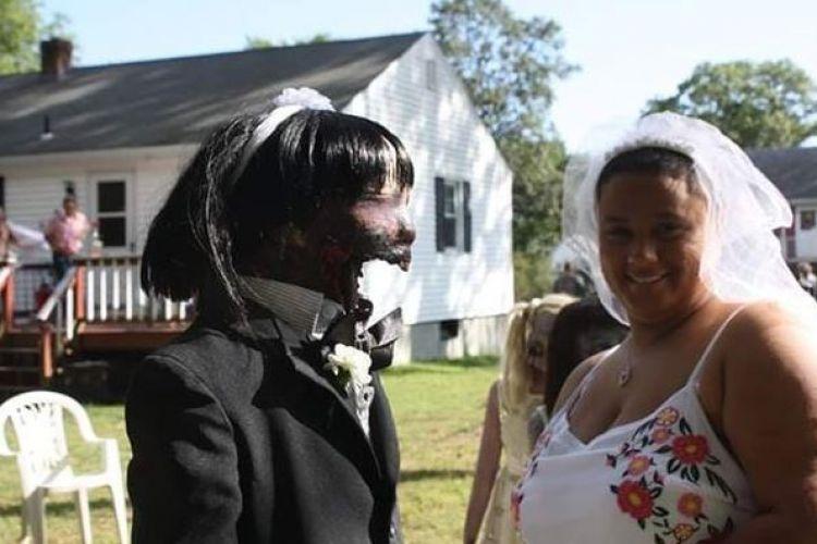 Kisah di balik wanita menikah dengan boneka zombie ini haru