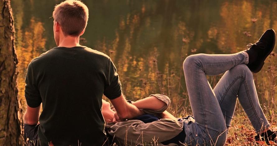 40 Kata-kata romantis ini so sweet, bikin baper abis