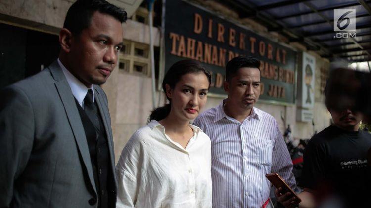 Atiqah Hasiholan naik mobil tahanan temani Ratna Sarumpaet