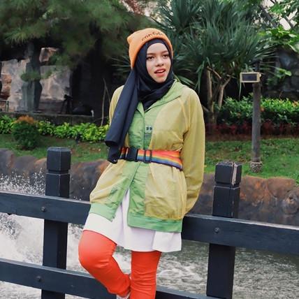 8 Inspirasi fashion tabrak warna Sajidah Halilintar, swag abis
