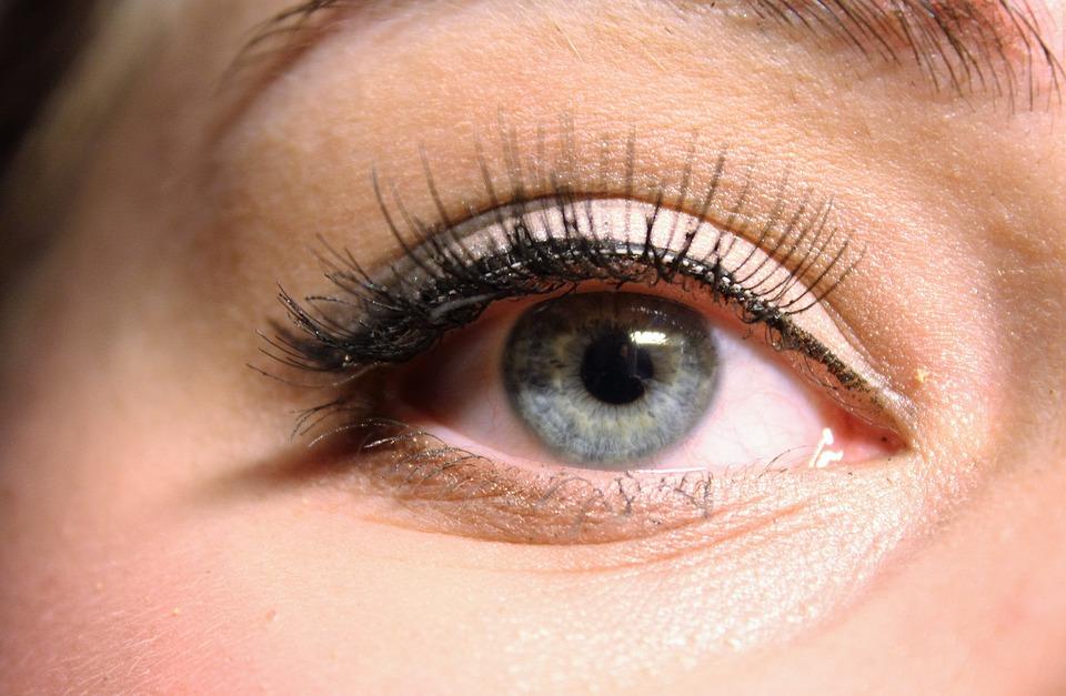 5 Bahaya pemakaian bulu mata palsu, bisa menyebabkan kebutaan