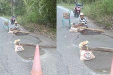 Kisah Opa Sadam 'Pahlawan Jalanan' sukarela tambal jalan berlubang