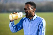 Laki-laki ini merasa terhindar dari penyakit karena konsumsi urin