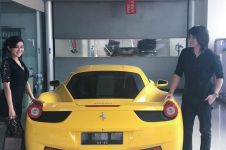 Kevin Aprilio & pacar kompak pamer mobil baru Ferrari, bikin iri