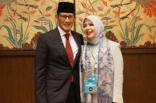 Beda gaya Nur Asia temani Sandiaga Uno di debat pertama & ketiga