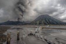 8 Panorama langka erupsi Gunung Bromo yang bisa lihat dari dekat