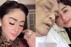 8 Momen Dewi Perssik jenguk ayahnya yang sedang sakit di Jember