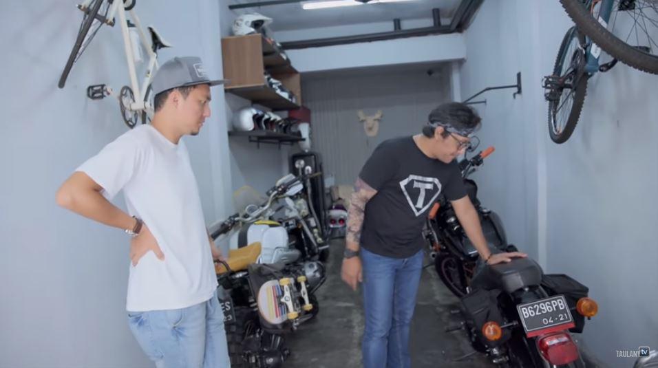11 Penampakan sudut rumah Ananda Omesh, punya garasi khusus moge