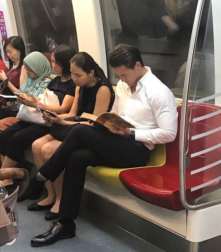 cowok baca buku mrt viral © Instagram