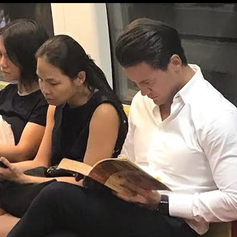 Cowok ganteng lagi baca buku di MRT ini viral