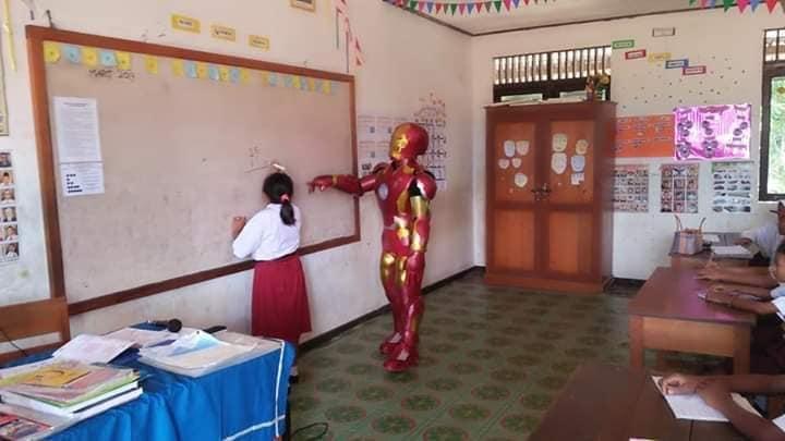 pengajar pakai kostum iron man © Twitter/@AlamiSadHomie