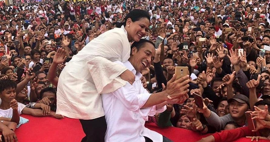 7 Potret mesra Jokowi & Iriana di atas panggung, selfie romantis