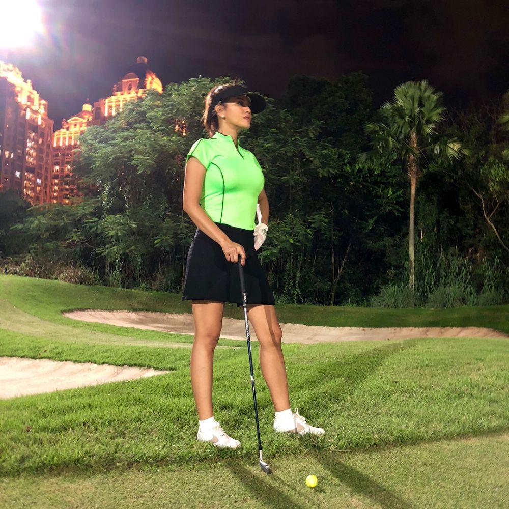 Farah Quinn saat olahraga golf Istimewa