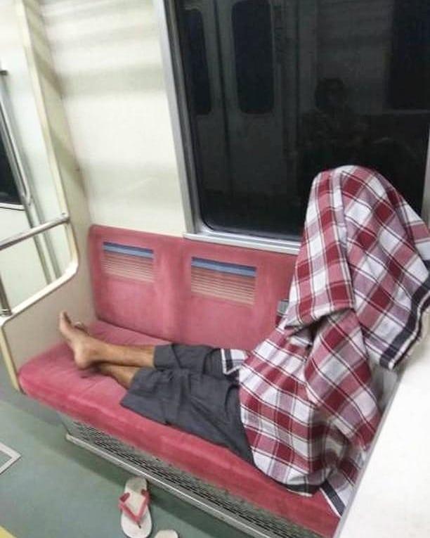 gaya tidur di kereta bikin senyum © berbagai sumber