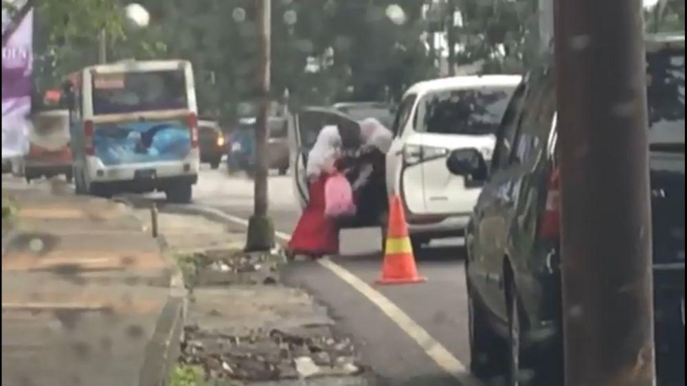 perlakuan ibu usir anak di jalan © Facebook/tedja.alvin
