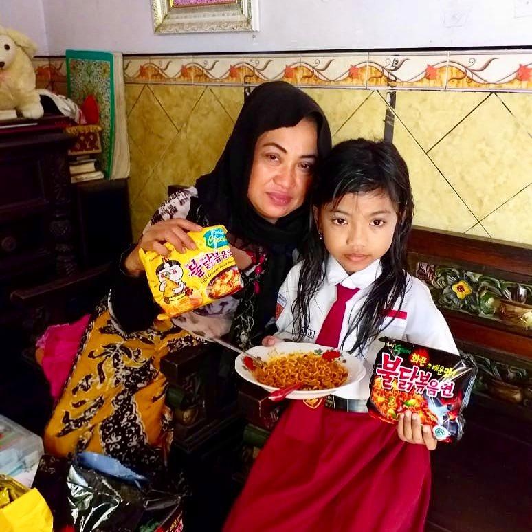 bocah makan samyang asli © berbagai sumber