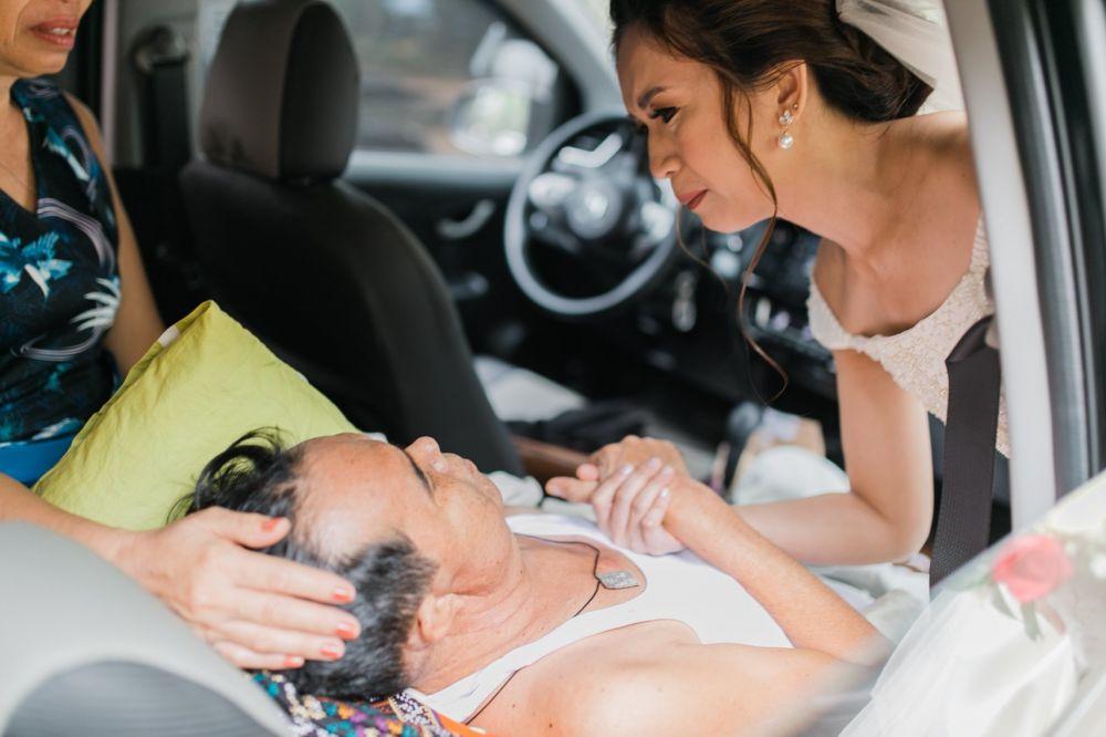 mempelai wanita pegang tangan ayah kanker © Facebook/Happy Smile Studio