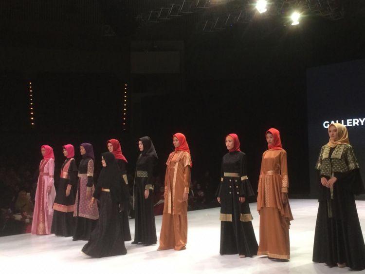 Kisah perawat rumah sakit yang sukses tampil di Indonesia Fashion Week