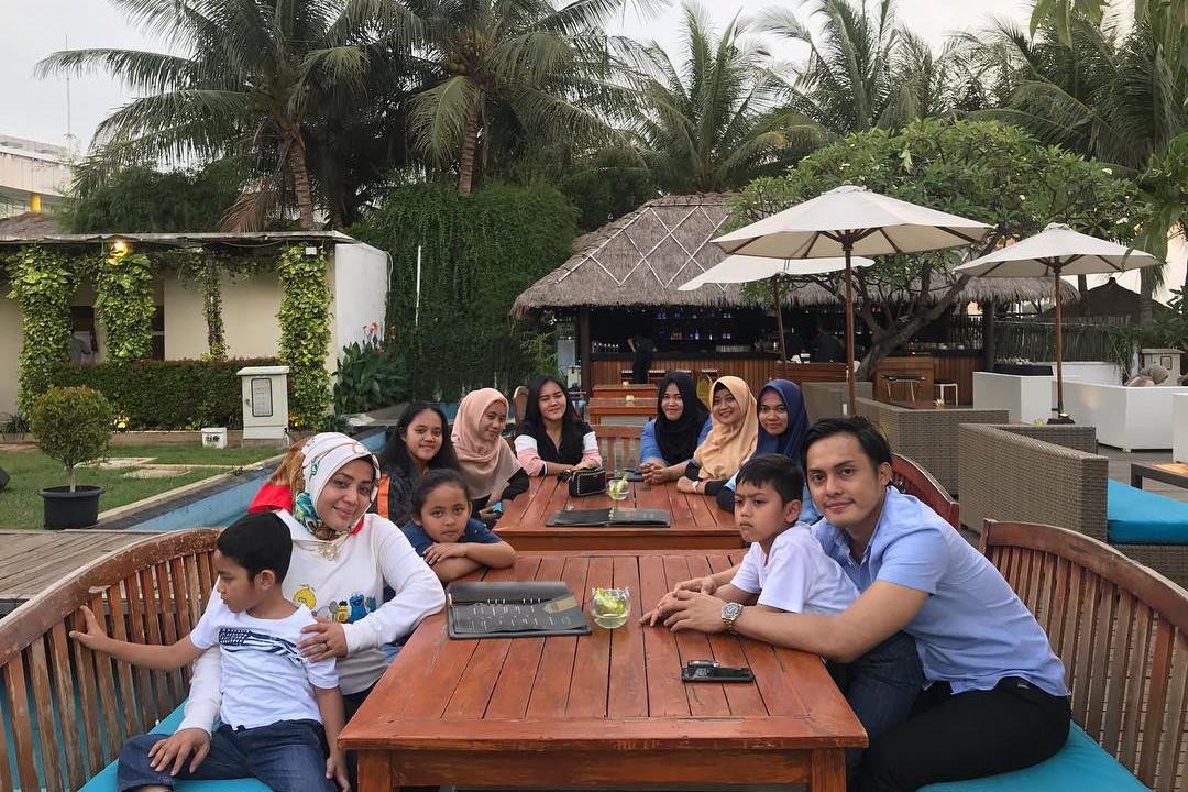 4 Potret kebersamaan Muzdalifah sekeluarga dengan tunangan