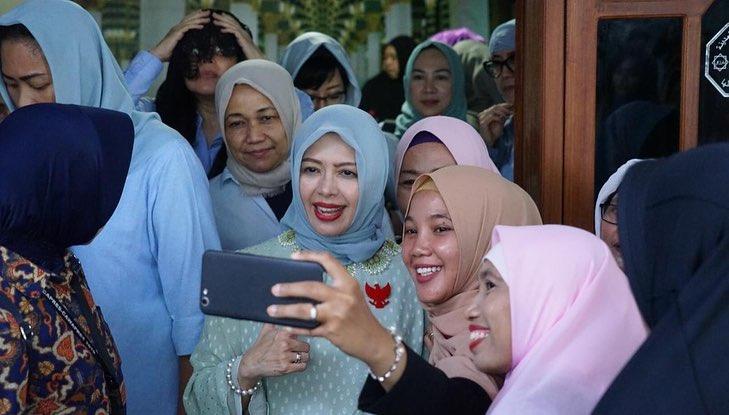 12 Gaya Nur Asia, istri Sandiaga Uno saat kampanyekan suaminya