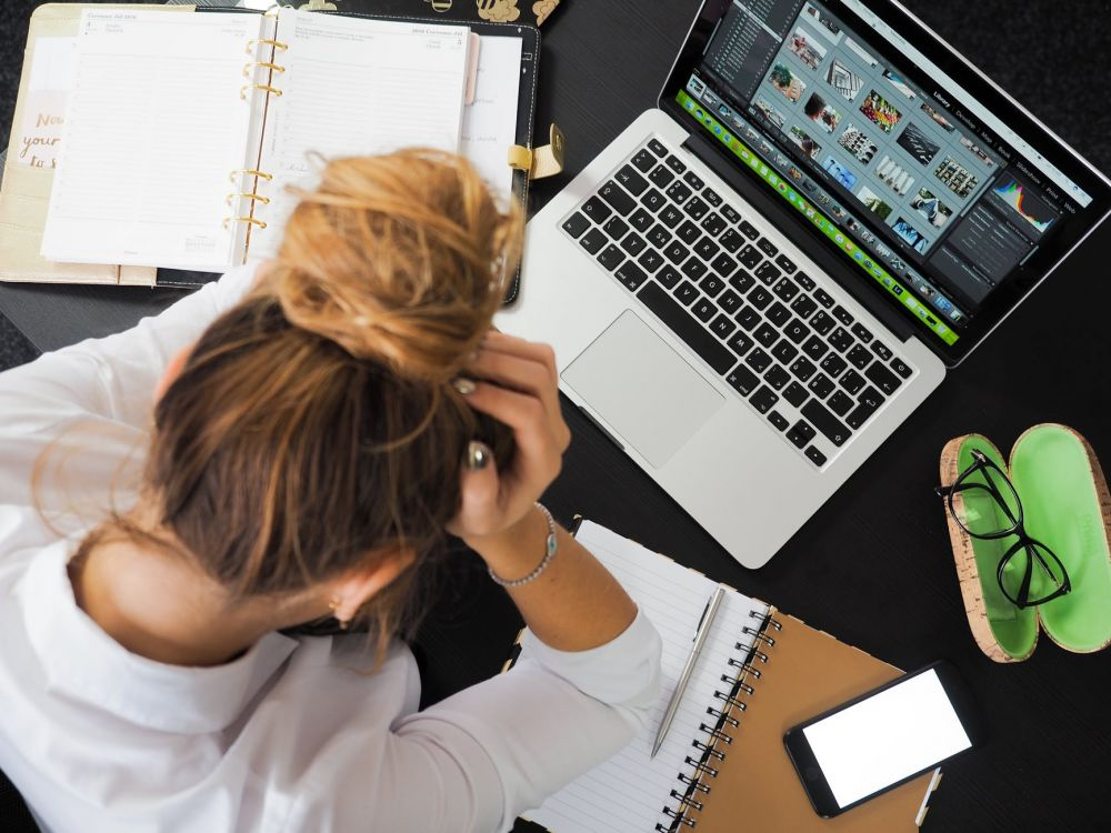 Efek buruk bermain media sosial pixabay