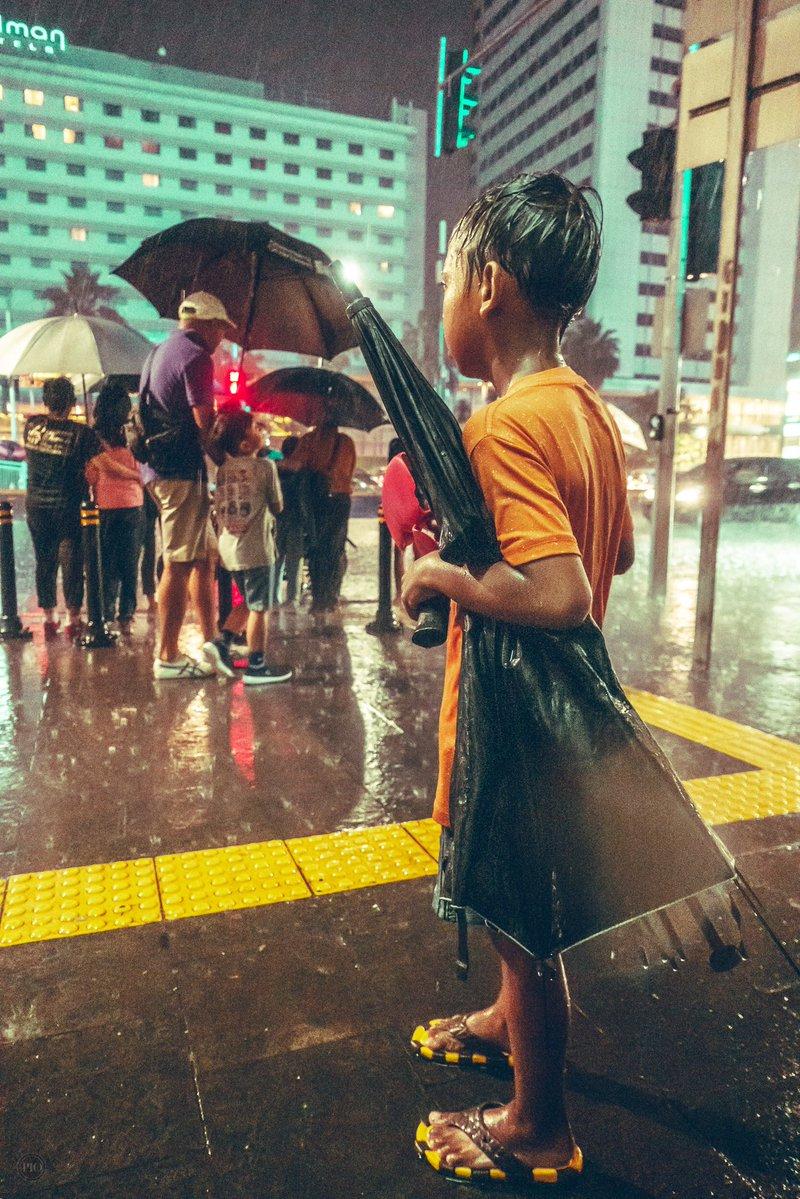 kisah haru bocah pengojek payung © Twitter/@piokharisma