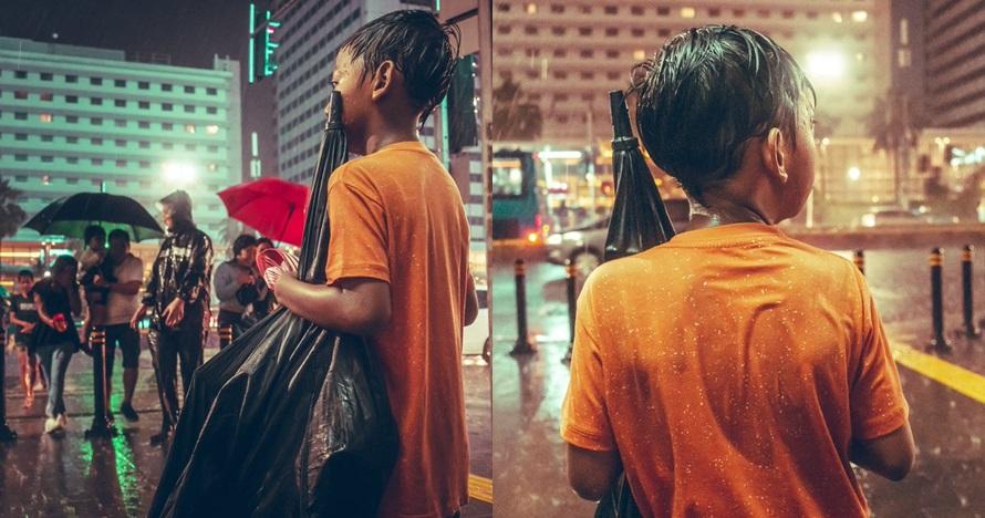 Foto bocah ojek payung ini menyimpan kisah haru di baliknya