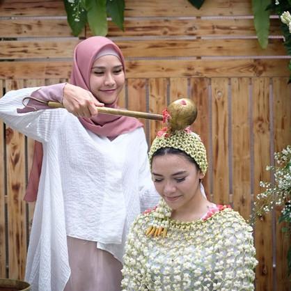 10 Momen siraman Rifqa Malsyita adik Zaskia Mecca, penuh haru