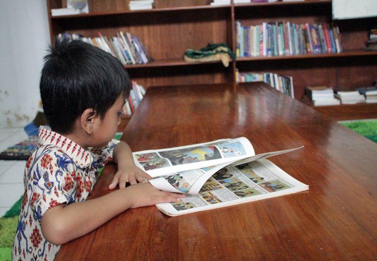 5 Manfaat membaca buku fisik pada anak, merangsang panca indera