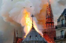 Video detik-detik menara Gereja Notre Dame jatuh saat kebakaran