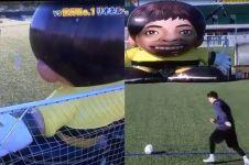 Kemampuan Lionel Messi lawan robot raksasa ini bikin takjub