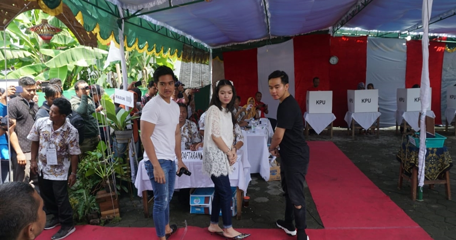 Gaya santai anak Jokowi nyoblos di Solo, kompak pakai celana jins