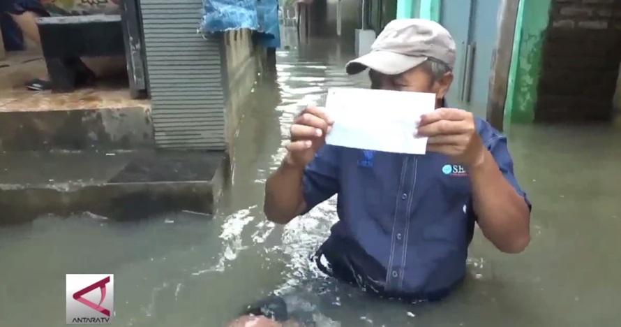 Demi salurkan hak pilih, warga rela terobos banjir
