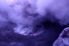 Aksi turis nekat ke puncak Gunung Agung ini bikin geleng-geleng